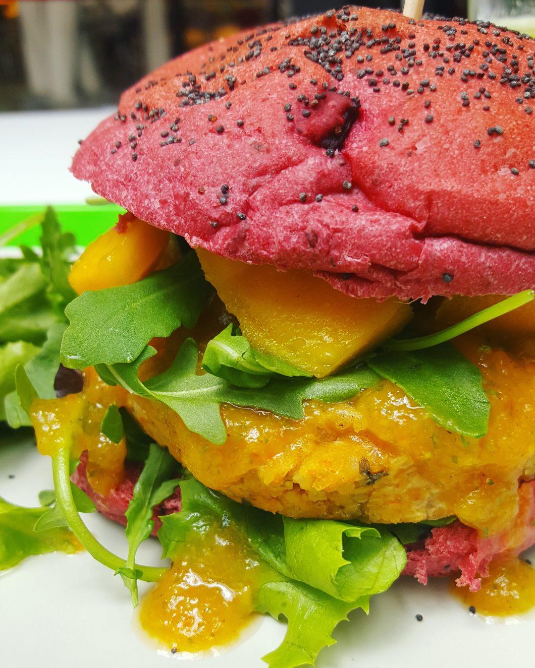 Hambúrguer de lentilhas com quinoa e manga em pão de beterraba
